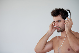 handsome young man listening music on headphonesの写真素材 [FYI00762620]