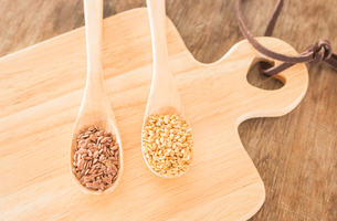 Spoon of flax seed on wooden tableの写真素材 [FYI00762714]