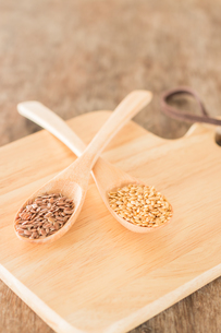 Spoon of flax seed on wooden tableの写真素材 [FYI00762722]