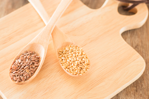 Spoon of flax seed on wooden tableの写真素材 [FYI00762731]