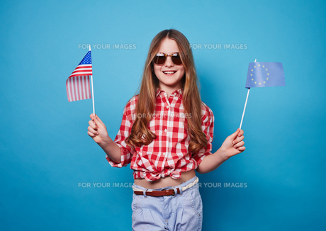 Girl with two flagsの写真素材 [FYI00762842]