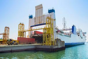 Cargo ship unloadingの写真素材 [FYI00762864]