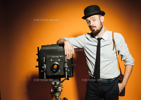 young man with retro cameraの写真素材 [FYI00762911]