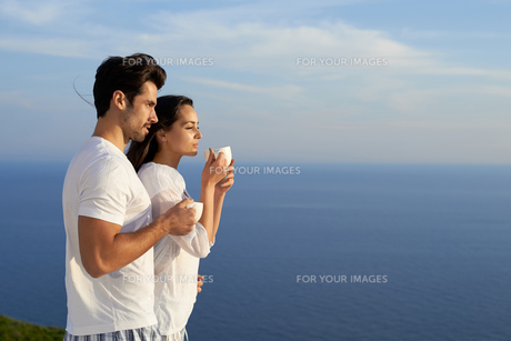 happy young romantic couple have fun and  relax at homeの写真素材 [FYI00762997]