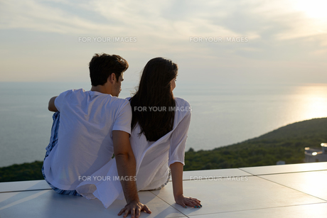 happy young romantic couple have fun and  relax at homeの写真素材 [FYI00762999]