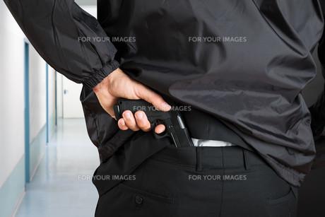 Bodyguard Removing Handgunの写真素材 [FYI00763022]