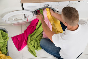 Man Using Washing Machineの写真素材 [FYI00763060]