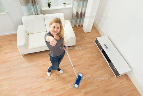 Woman Mopping Floorの写真素材 [FYI00763078]