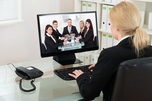 Businesswoman Video Conferencing With Colleagues On Computerの写真素材 [FYI00763210]