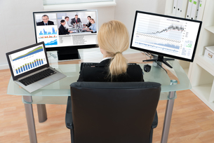 Businesswoman Video Conferencing On Computerの写真素材 [FYI00763214]