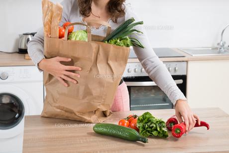 Woman Holding Grocery Bagの素材 [FYI00763217]