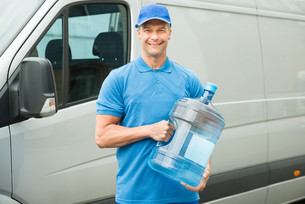Delivery Man Holding Water Bottleの写真素材 [FYI00763249]