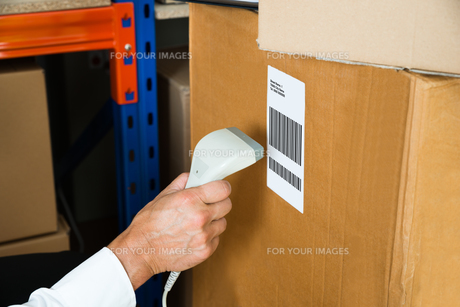 Person Hands With Barcode Scanner Scanning Boxの写真素材 [FYI00763270]