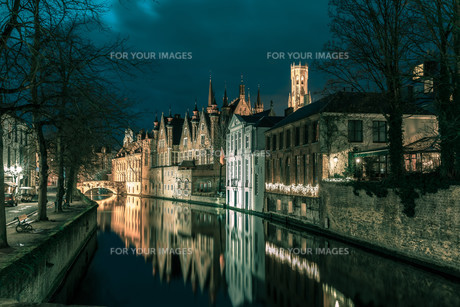 Night tower Belfort and the Green canal in Brugesの素材 [FYI00763285]