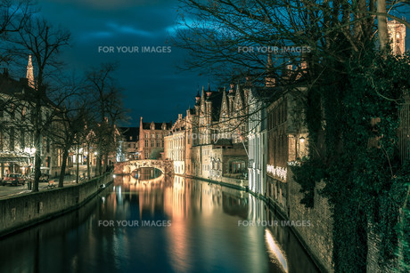 Night tower Belfort and the Green canal in Brugesの素材 [FYI00763290]