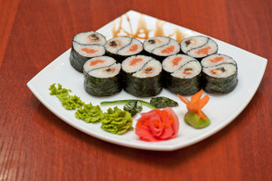 Roll with smoked eel and salmonの写真素材 [FYI00763321]