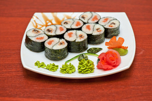 Roll with smoked eel and salmonの写真素材 [FYI00763325]
