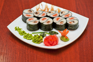 Roll with smoked eel and salmonの写真素材 [FYI00763326]