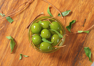 Green olives in oilの写真素材 [FYI00763456]