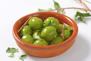 Green olives in oilの写真素材 [FYI00763467]