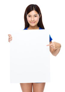 Young woman show with the white posterの写真素材 [FYI00763504]