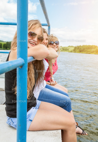 Three friends having a good time outdoorsの写真素材 [FYI00763628]