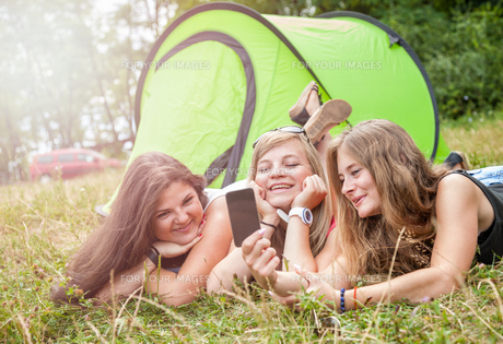 Group of friends taking a picture on their camping holidayの写真素材 [FYI00763635]