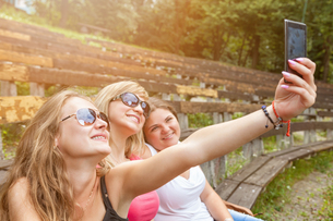 Group of friends taking a selfie outdoorsの写真素材 [FYI00763637]