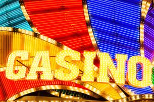 Neon casino sign lit up at nightの写真素材 [FYI00763655]