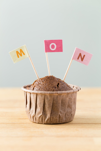 Chocolate muffins with small flag of a word monの写真素材 [FYI00763698]