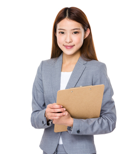 Young asian business woman holding file documentの写真素材 [FYI00763763]