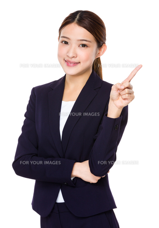Businesswoman with finger pointing upwardsの素材 [FYI00763767]