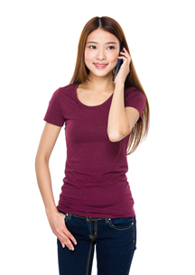 Young woman talk to mobile phoneの写真素材 [FYI00763776]
