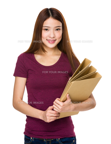 Chinese woman hold with folderの写真素材 [FYI00763790]