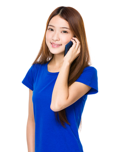 Asian woman chat on smart phoneの写真素材 [FYI00763797]