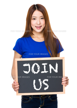 Young woman with black board showing phrase of join usの素材 [FYI00763799]