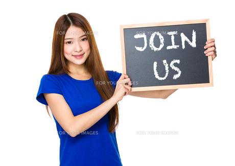 Beautiful asian women asian hold wood blackboard showing phrase of join usの素材 [FYI00763801]