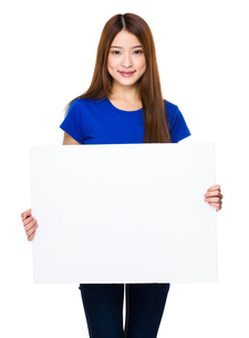 Woman show with white posterの写真素材 [FYI00763813]