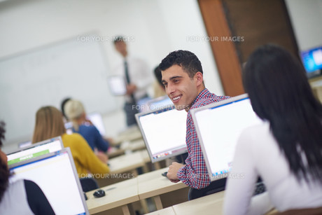 students group in computer lab classroomの写真素材 [FYI00763886]