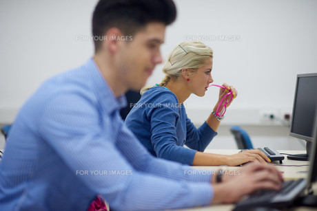 students group in computer lab classroomの写真素材 [FYI00763897]