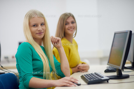 students group in computer lab classroomの写真素材 [FYI00763903]