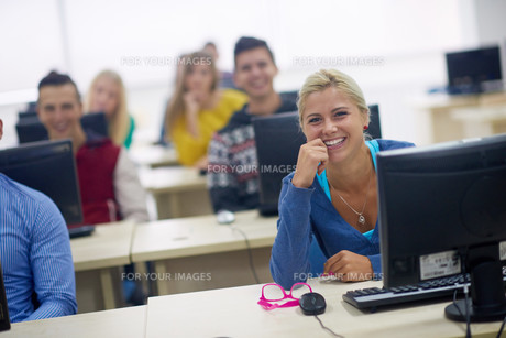 students group in computer lab classroomの写真素材 [FYI00763906]