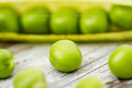 Fresh Green Peas and Podsの写真素材 [FYI00764164]