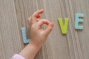 Child is Writing Word Love From Colorful Toy Lettersの写真素材 [FYI00764167]