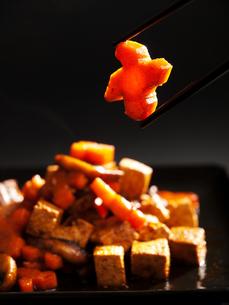 Thai tofu with carrots and mushrooms,Thai tofu with carrots and mushrooms,Thai tofu with carrots and mushrooms,Thai tofu with carrots and mushroomsの写真素材 [FYI00764193]