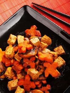 Thai tofu with carrots and mushrooms,Thai tofu with carrots and mushrooms,Thai tofu with carrots and mushrooms,Thai tofu with carrots and mushroomsの写真素材 [FYI00764197]