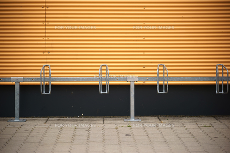 bicycle stands in front of corrugated iron wallの写真素材 [FYI00764205]
