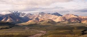 Puffy clouds blue sky Alaska Range Denali National Parkの素材 [FYI00764234]