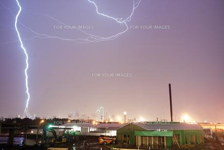 Deep South Thunderstorm Lightning Strike over Dallas Texas USAの写真素材 [FYI00764237]