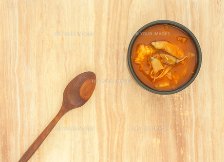 Spicy sour soup vegetable on wooden backgroundの素材 [FYI00764240]